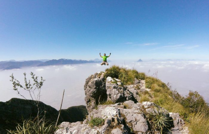 Salto de felicidad en el pico norte del cerro de la silla